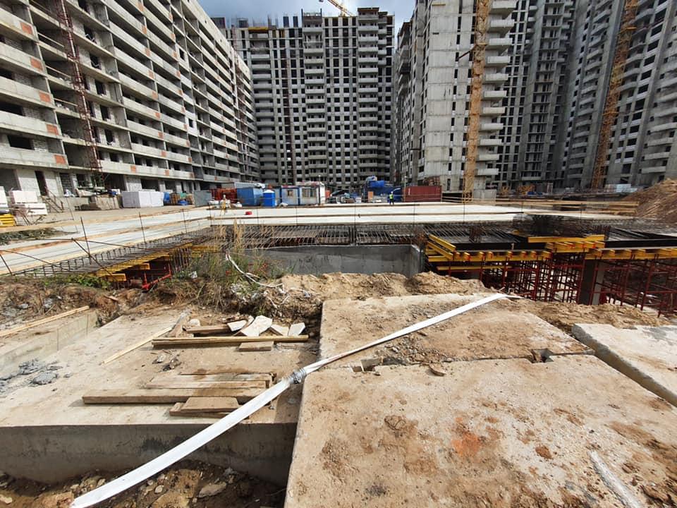 На подземной автостоянке началось бетонирование въезда