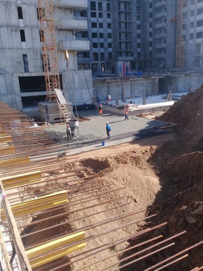 На подземной автостоянке бетонируют перекрытия и фундамент